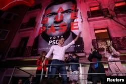 페드로 산체스 스페인 총리가 28일 개표 결과를 확인한 뒤 지지자들에 승리 선언을 하고 있다.