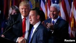 도널드 트럼프 미국 대통령 당선인(왼쪽)이 지난 9일 새벽 당선이 확정된 후 마이크 펜스 부통령 당선인(오른쪽), 비서실장으로 지명한 라인스 프리버스 공화당전국위원회(RNC) 의장과 악수하고 있다.