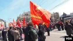 2013年五一节时,俄共支持者手举列宁头像红旗在莫斯科市中心集会。