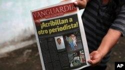 Un vecino muestra un diario con el anuncio del asesinato del periodista Leobardo Vázquez, quien fue encontrado muerto en Gutiérrez Zamora, estado de Veracruz. Marzo 22, 2018.