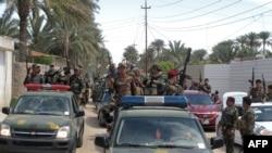 Polisi Irak berkeliling kota Ramadi, ibukota propinsi Anbar, Baghdad barat para 29 Maret 2014 setelah menangkap mobil yang diduga milik laskar militan.