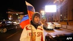 Một thanh niên Nga phấn khởi sau tin nước Nga được trao quyền đăng cai World Cup 2018 (ảnh tư liệu)