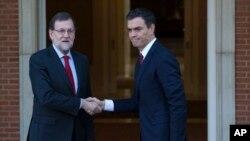 El actual presidente del gobierno español, Mariano Rajoy (izquierda) y el líder socialista, Pedro Sánchez, sostuvieron la primera reunión en busca de un gobierno en coalición.