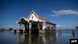 Sebuah kapel dikepung air pasang laut di Sitio Pariahan, Bulacan, utara Manila, 11 Januari 2019. Wilayah utara Manila, seperti provinsi Pampanga dan Bulacan telah tenggelam antara 4-6 sentimeter per tahun sejak 2003. (Foto: AFP)
