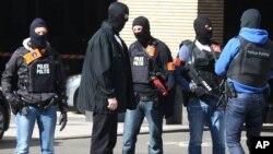 Polisi Belgia melakukan patroli di luar stasiun Gare du Midi pasca serangan teror di Brussels, Selasa (22/3).