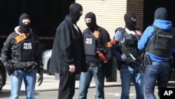 Sĩ quan cảnh sát bịt mặt của Bỉ bên ngoài nhà ga xe lửa Gare du Midi ở Brussels, ngày 22/3/2016.