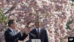 Tổng thống Obama lắng Thủ tướng Anh David Cameron phát biểu trong một buổi lễ tại Sân cỏ phía Nam của Tòa Bạch Ốc hôm 14/3/2012