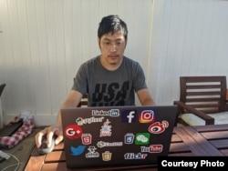 前新浪微博内容审核员刘力朋2020年8月在美国家中 (刘力朋本人提供)