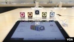 Septiembre de 2007 - Apple presenta el iPod Touch, que utiliza una interfaz de pantalla táctil y tiene capacidades de red inalámbrica.