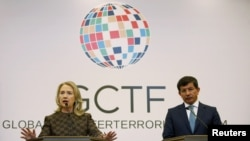 Turkish Foreign Minister Ahmet Davutoglu (R) and U.S. Secretary of State Hillary Clinton attend a news conference at the Global Counterterrorism Forum.