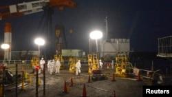 Para pekerja mengenakan pakaian pengaman dan masker saat berupaya memperbaiki kebocoran di dekat reaktor No.1 dan No.2 di PLTN Fukushima (Foto: dok).