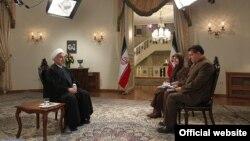 حسن روحانی در حال مصاحبه با دو مجری صدا و سیما