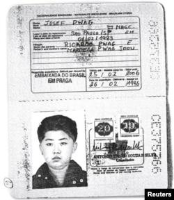 Una foto escaseada obtenida por Reuters muestra un pasaporte brasileño auténtico otorgado al líder norcoreano Kim Jong-un.