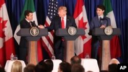 Arhiva - Predsednik Meksika, Enrike PEna Nieto (levo) rukuje se sa predsednikom SAD Donaldom Trampom, dok kadanski premijer Džastin Trudo posmatra, tokom priprema za potpisanje novog sporazuma SAD-Meksiko-Kanada.