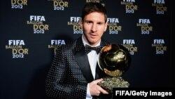 Lionel Messi dengan trophy FIFA Ballon d'Or untuk ke-4 kalinya 7 Januari 2013 lalu (foto: dok).