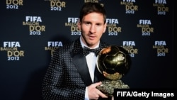 Lionel Messi meraih penghargaan FIFA Ballon d'Or ke-3 kalinya tahun lalu (foto: dok).