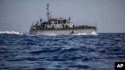Arhiva - Fotografija broda sa migrantima, koji je napravila obalna straže Libije, u blizini obale te zemlje, 24. juna 2018. (Foto via AP)