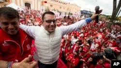 Calon kuat Presiden baru Guatemala Manuel Baldizon (jaket putih) melakukan kampanye di kota Villa Nueva, Guatemala hari Jumat (4/9).