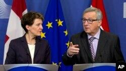 21일 벨기에 브뤼셀 유럽연합 본부에서 장 클로드 융커 유럽연합 상임위원장(오른쪽)과 스위스 연방 시모네타 소마루 대통령이 기자회견을 하고 있다.