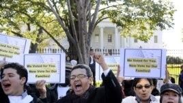 Unjuk rasa menuntut reformasi imigrasi di depan Gedung Putih (foto: dok), Presiden Obama berencana mengusulkan RUU Imigrasi kepada Kongres AS dalam masa jabatan keduanya.
