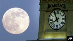 Los nuevos relojes de entramado óptico se atrasan solo un segundo cada 300 millones de años.