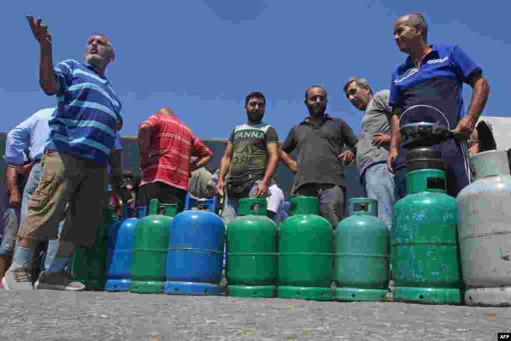 경제난을 겪고 있는 레바논 시돈 주민들이 가스 부족 사태 경고가 발표되자 가스통을 채우기 위해 줄 서 있다.