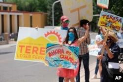 ترزا لجر فرناندز، نامزد حزب دموکرات در ایالت نیومکزیکو، در حال تبلیغات انتخاباتی. ۲ ژوئن ۲۰۲۰