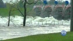 У Мічигані - надзвичайний стан після прориву двох дамб. Відео