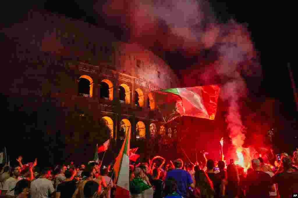 İtaliyanın azarkeşləri Romanın Kolizeyi qarşısında İtaliyanın Avro 2020 futbol çempionatındakı qələbəsini qeyd edir