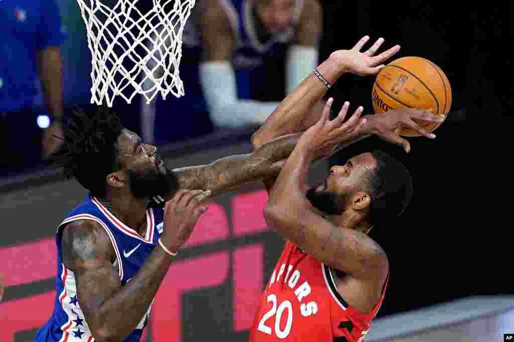 از سر گیری رقابتهای ورزشی بعد از کرونا؛ تیم بسکتبال تورنتو (قرمزپوش) نیز در یک رقابت نزدیک ۱۲۵ بر ۱۲۱ بر فیلادلفیا پیروز شد.