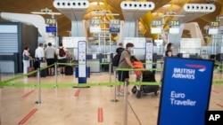 Para penumpang tampak sepi di bandara internasional Madrid, Spanyol di tengah pandemi Covid-19 (foto: dok).
