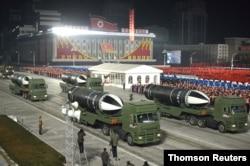 북한이 14일 평양 김일성광장에서 열린 노동당 제8차 대회 기념 열병식에서 '북극성-5ㅅ(시옷)'이라고 적힌 신형 잠수함발사탄도미사일(SLBM)을 공개했다.