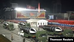 북한이 지난 1월 평양 김일성광장에서 열린 노동당 제8차 대회 기념 열병식에서 '북극성-5ㅅ(시옷)'이라고 적힌 신형 잠수함발사탄도미사일(SLBM)을 공개했다.