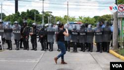 Una periodista dando cobertura a una protesta antigobierno en Managua. [Foto: Houston Castillo/VOA].