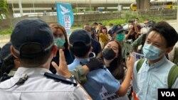 """民主黨約20名成員5月22日分批到北京駐港機構中聯辦,抗議中國人大審議港牌中國國家安全法,被警方阻撓並警告他們違反""""限聚令"""",開出約20張告票。(美國之音湯惠芸)"""