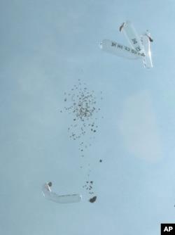 15일 경기도 파주시 낙하 IC 인근에서 자유북한운동연합 회원들이 날려보낸 풍선이 터지면서 대북전단이 떨어지고 있다.