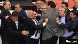 """İç Güvenlik Paketi'nin saatler süren oturumlarla görüşüldüğü Türkiye """"Büyük"""" Millet Meclisi'nde miletvekillerini küçük düşüren görüntülere de rastlanmıyor değil."""