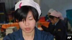 چینی فیکٹری کی کارکن