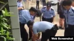 2018年6月28日,上海市警方人員在上海世界外國語小學校門外案發現場控制涉案者(網絡照片)