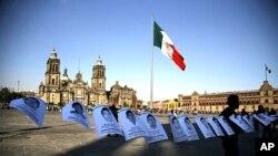 Foto-foto 43 mahasiswa yang hilang di negara bagian Guerrero, dipasang di Zocalo, Mexico City (1/12). (AP/Eduardo Verdugo)