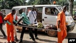 Un homme blessé lors des violences inter-religieuses dans le quartier PK5 est portée sur une civière vers l'hôpital général de Bangui, 26 septembre 2015.