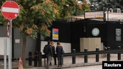 지난 9일 터키 앙카라의 미국 대사관 비자신청사무소 입구에 사람들이 모여있다.