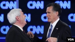 Dua capres unggulan Partai Republik: Newt Gingrich dan Mitt Romney berbincang di sela Acara Debat kandidat di Jacksonville, Florida (26/1).