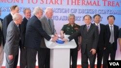 Giới chức chính phủ Mỹ và Việt Nam tham gia buổi lễ đánh dấu giai đoạn kế tiếp của công cuộc dọn sạch Chất Da Cam, ngày 19 tháng 4, 2014. (Marianne Brown/VOA)