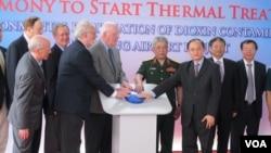 Para pejabat AS dan Vietnam menekan tombol penanda dimulainya proyek pembersihan Agent Orange di Da Nang, Vietnam (19/4). (VOA/Marianne Brown)