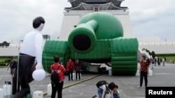 台湾民众参观台北自由广场中正纪念堂前为纪念六四事件30周年摆放的一个中国军队的坦克气球。(2019年5月21日)