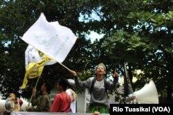 Belasan anak nampak ikut berdemo bersama orang dewasa mendukung Bahar Smith. Melibatkan anak dalam demonstrasi dilarang lewat UU Perlindungan Anak, Bandung, Kamis, 21 Maret 2019.(Foto: Rio Tuasikal/VOA)