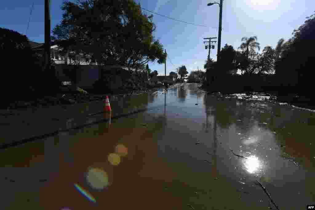 La boue et l'eau remplissent encore une rue près de Montecito, en Californie, suite à une coulée de boue massive le 10 janvier 2018.