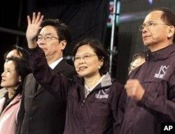 民進黨新北市候選人蔡英文在失敗後向支持者致意