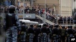 2017年6月12日,被俄罗斯警方监控的抗议人士们参与了莫斯科市区的一场示威活动。